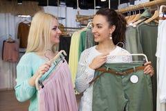 Девушки ища новые одежды Стоковая Фотография RF