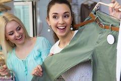 Девушки ища новые одежды Стоковые Фото