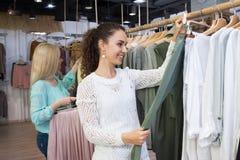 Девушки ища новые одежды Стоковое Фото