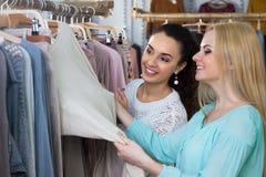 Девушки ища новые одежды Стоковое Изображение RF