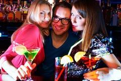 Девушки и бармен Стоковые Фотографии RF