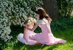 Девушки и крона цветка Стоковые Фото