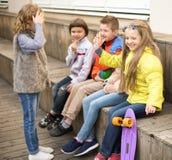 Девушки и мальчики на стенде играя игры в дворе Стоковая Фотография