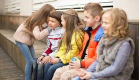 Девушки и мальчики на стенде играя игры в дворе Стоковые Изображения RF