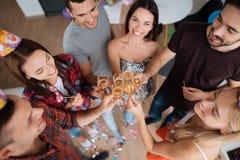 Девушки и мальчики празднуют день рождения Они выпивают шампанское от стекел и имеют потеху Стоковое Изображение