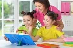 Девушки и мать делая домашнюю работу Стоковое Изображение