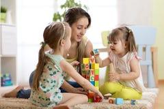 Девушки и мать детей играя совместно Стоковые Фото