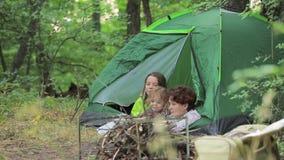 Девушки и мальчик восхищают природу лежа в шатре акции видеоматериалы