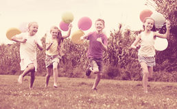 Девушки и мальчик с воздушными шарами Стоковое Изображение RF