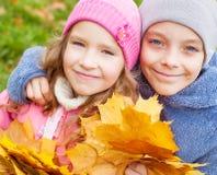 Девушки и мальчик outdoors Стоковые Изображения RF