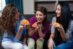 Девушки и ноча пиццы Стоковое Изображение