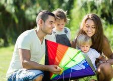 Девушки и родители играя с змеем Стоковое Изображение