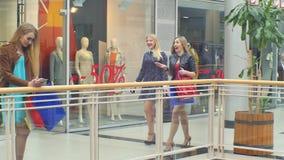 Девушки идут вперед и беседа магазина в то же время сток-видео