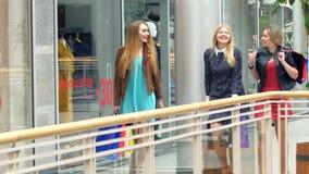 Девушки идут вперед и беседа магазина в то же время акции видеоматериалы