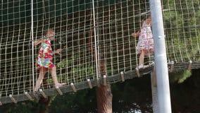 Девушки идут на подвес акции видеоматериалы