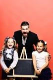 Девушки и человек с счастливыми сторонами Бородатые учитель и дети стоковое фото rf