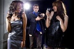 Девушки идя далеко от сломали человека на ночном клубе стоковые изображения