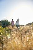 Девушки идя вниз с травянистого холма Стоковое фото RF