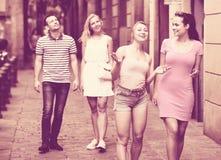 Девушки идя в город лета Стоковые Фото