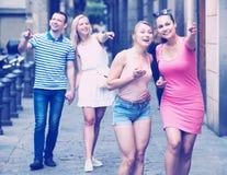 Девушки идя в город лета Стоковое Фото