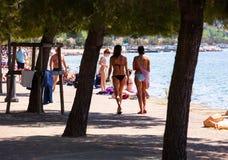 Девушки идя вдоль морское побережье Стоковые Изображения
