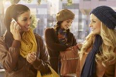 Девушки идя и говоря outdoors Стоковые Изображения