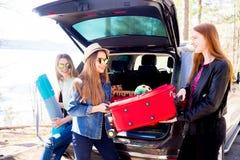 Девушки идя на каникулы Стоковая Фотография