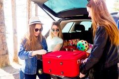 Девушки идя на каникулы Стоковые Фото