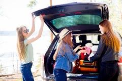 Девушки идя на каникулы Стоковые Фотографии RF