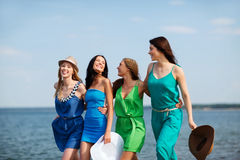 Девушки идя на пляж Стоковое Фото