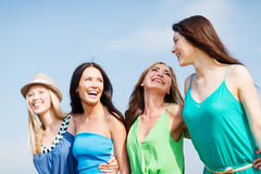 Девушки идя на пляж Стоковые Фотографии RF
