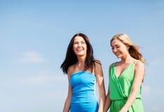 Девушки идя на пляж Стоковые Изображения