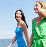 Девушки идя на пляж Стоковая Фотография