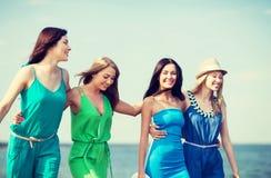 Девушки идя на пляж Стоковые Изображения RF