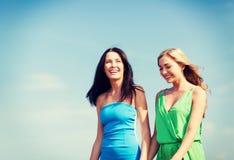 Девушки идя на пляж Стоковое Изображение