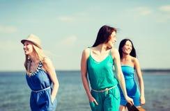Девушки идя на пляж Стоковое фото RF