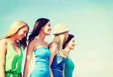 Девушки идя на пляж Стоковое Изображение RF