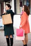 Девушки идя на улицу возвращающ от покупок Стоковая Фотография RF