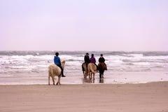 Девушки катания на пляже Стоковые Фото