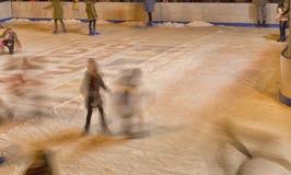 Девушки катаясь на коньках на катке Стоковая Фотография