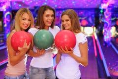 девушки клуба боулинга шариков стоят 3 Стоковые Фото
