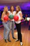 девушки клуба боулинга шариков стоят 3 Стоковые Изображения