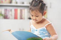 девушки книги меньшее чтение стоковое фото