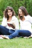 девушки книги outdoors читая 2 Стоковое фото RF