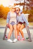 Девушки конькобежца сидя совместно Стоковая Фотография RF