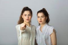 2 девушки красивых сестер двойных с устрашенными сторонами Стоковые Изображения RF