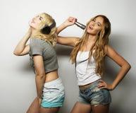 Девушки красоты с микрофоном поя и танцуя Стоковые Изображения