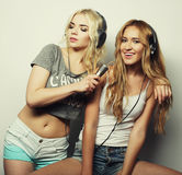 Девушки красоты с микрофоном поя и танцуя Стоковые Фотографии RF