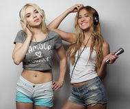 Девушки красоты с микрофоном поя и танцуя Стоковые Фото