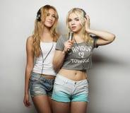 Девушки красоты с микрофоном поя и танцуя Стоковая Фотография